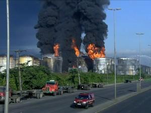 Equipes dos Bombeiros seguem trabalhando em incêndio na Alemoa, em Santos (Foto: Reprodução / TV Globo)