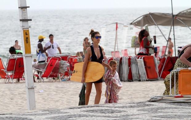 Fernanda Lima com o filho na praia (Foto: Wallace Barbosa / AgNews)