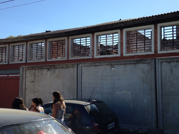 Parte de escola ficou destruída pelo fogo em Guaíba (Foto: Josmar Leite/RBS TV)