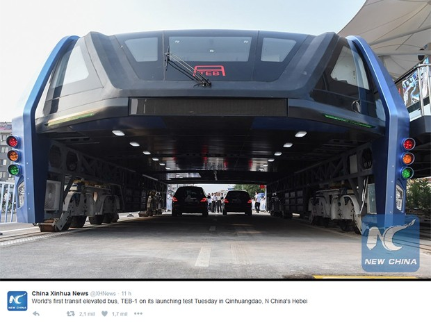 Ônibus que roda sobre os carros fez teste inaugural nesta terça-feira (2), na China, relatou a agência Xinhua (Foto: Reprodução / Twitter / Xinhua )