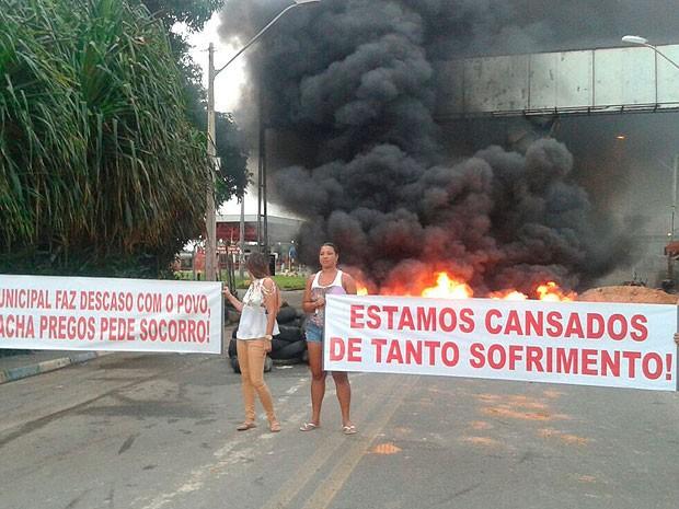 Manifestantes queimaram pneus e usaram faixas em protesto (Foto: Lenise Ferreira / Arquivo Pessoal)