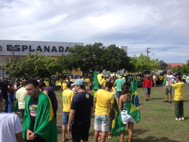 Manifestantes com bandeiras e camisas do Brasil se reúnem no entorno da Fortaleza de São José, na orla de Macapá.  (Foto: ABINOAN SANTIAGO/G1)
