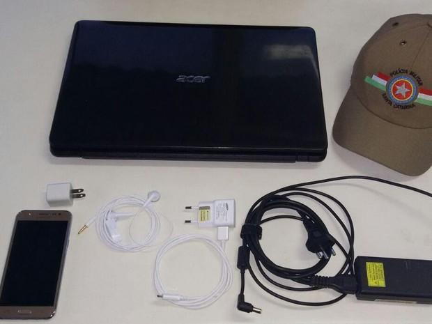 Notebook e celular foram recuperados pela polícia (Foto: Polícia Militar/Divulgação)