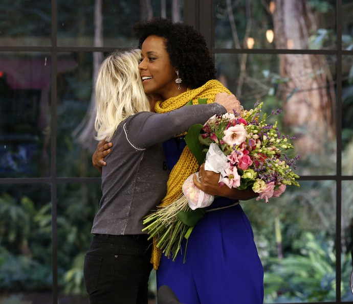 Maju ganha flores de Ana Maria no Mais Você (Foto: Ellen Soares/Gshow)