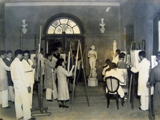 Alunos da turma de museologia da UFPE preparam a exposição sobre a Escola de Belas Artes do Recife. (Foto: Flávio Amaral / Divulgação)
