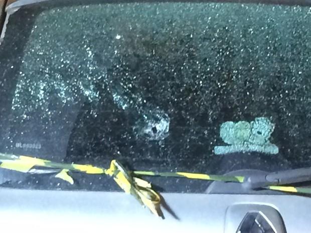Um carro teve o pára-brisa destruído por um tiro (Foto: Daniel Silveira/G1)