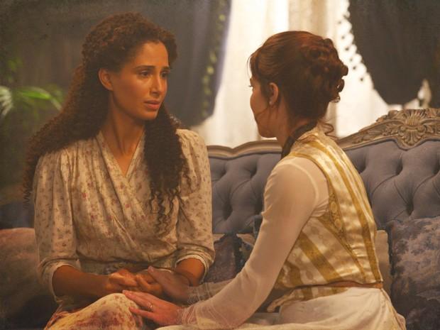 Isabel acredita na amizade de Laura e conta que se entregou a um rapaz (Foto: Lado a Lado/TV Globo)