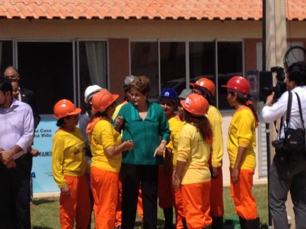 Presidente Dilma com operárias que trabalharam na construção do conjunto Macapaba (Foto: Gabriel Penha/G1)