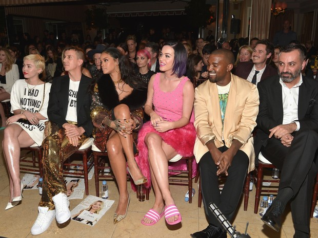 Miley Cyrus, Jeremy Scott, Rihanna, Katy Perry e Kanye West em evento em Los Angeles, nos Estados Unidos (Foto: Charley Gallay/ Getty Images)