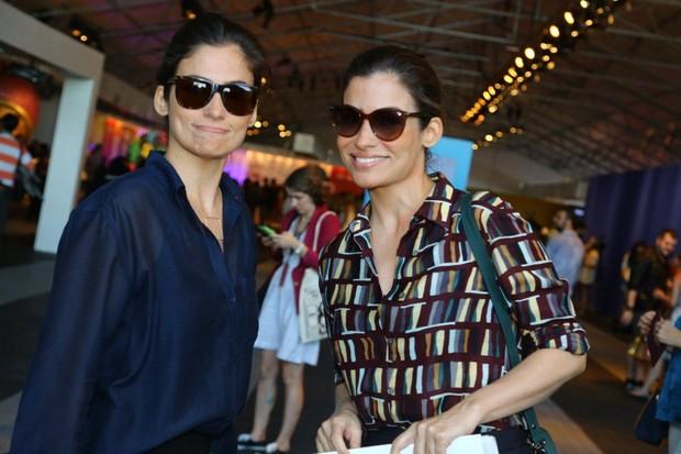Renata Vasconcellos e a irmã gêmea no Fashion Rio (Foto: Marcellos Sá Barreto/ Ag.News)