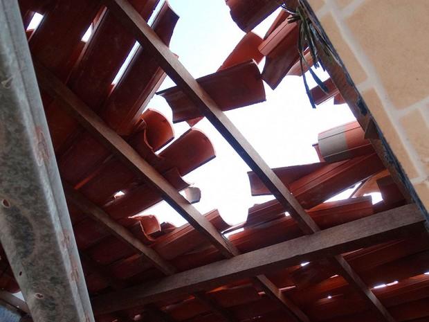 Telhado de uma casas foi danificado durante a ação em Feira de Santana (Foto: Ney Silva/Site Acorda Cidade)