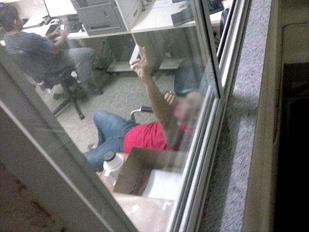 Paciente registra médico em plantão tirando 'selfie' em sala de recepção (Foto: G1/Reprodução)