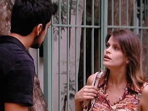 Ana dá uma dura no namorado bem no meio da rua (Foto: Malhação / TV Globo)