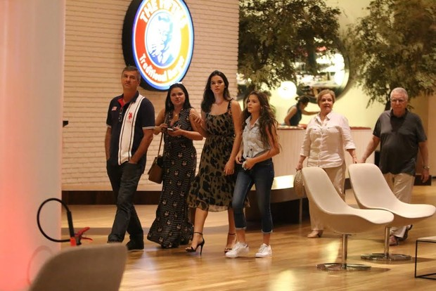 Bruna Marquezine com a família em um shopping na Barra da Tijuca, Zona Oeste do Rio (Foto: Ag News)