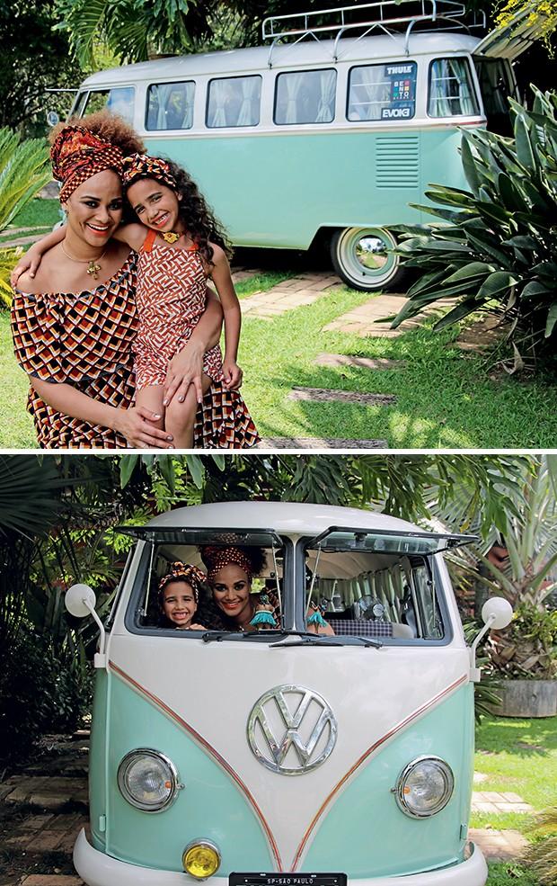 """Mãe e filha posam na Kombi: """"Xodó!""""  (Foto:  )"""