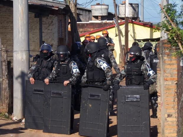 Policiais do Choque atuaram na operação (Foto: João Laud/RBS TV)