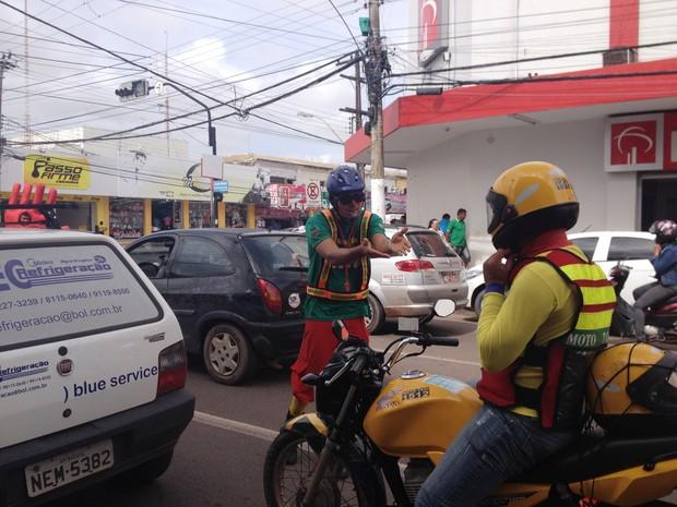 Arte-educador da CTMac em diálogo com mototaxista (Foto: Cassio Albuquerque/G1)