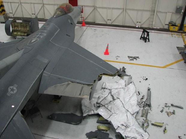 Um dos jatos teve parte da asa arrancada na colisão; mesmo assim, conseguiu voltar para a base aérea (Foto: Reprodução/Twitter/Dan Lamothe)