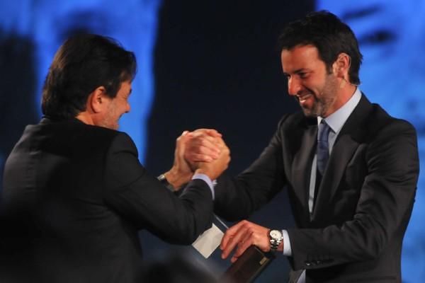 Eduardo Sirotsky Melzer recebe crachá de Maurício Sirotsky Sobrinho, de Nelson Sirotsky (Foto: Franco Rodrigues/Divulgação)