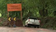 Motoristas se arriscam passando por rodovia interditada no Noroeste