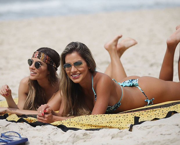 Adriana Santana e Carla Morone pegam bronzeado na praia (Foto: Pedro Curi/TV Globo)