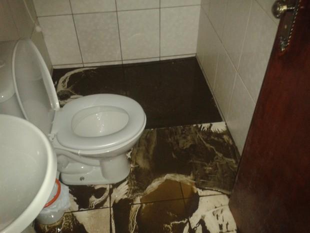 Moradora de Ibaté reclama que esgoto entupido alaga casa  (Foto: Jeane Garcia/Arquivo Pessoal)