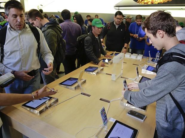 Visitantes da loja da Apple na 5ª Avenida de Nova York testam o iPhone 6 e o 6 Plus, nesta sexta (Foto: AP Photo/Julie Jacobson)