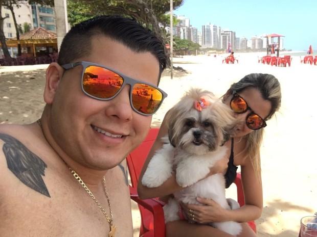 A empresária Bruna Dias Mendonça tem o costume de levar a cadelinha Jujuba e a Duda para a praia (Foto: Bruna Dias Mendonça/Arquivo Pessoal)