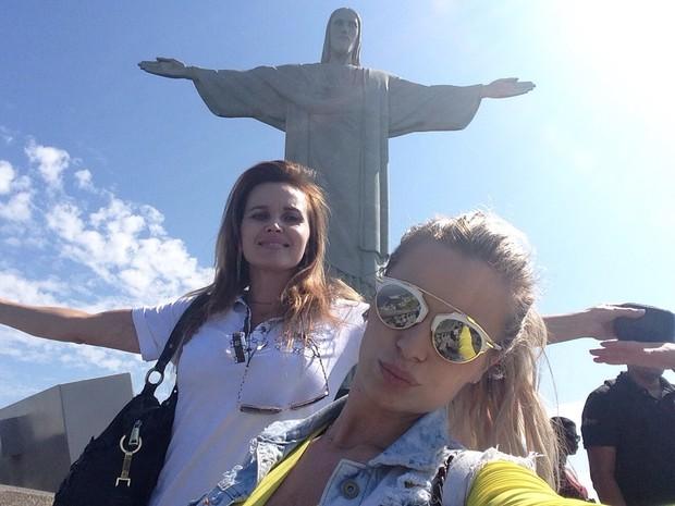 Veridiana Freitas leva mãe ao Cristo (Foto: Arquivo Pessoal / Divulgação)
