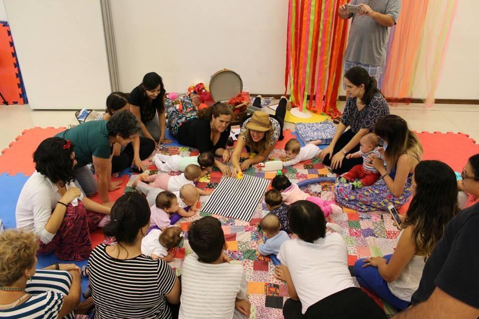 Pais e filhos aprendem a brincar juntos (Foto: Ana Alcantara)