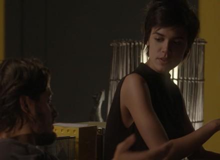 Leila cuida de Rafael e rola clima de romance entre os dois