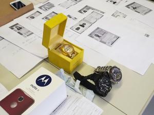 Relógios e celulares eram comprados com dados de cerca de 400 cartões de crédito (Foto: Michele Marie / G1)