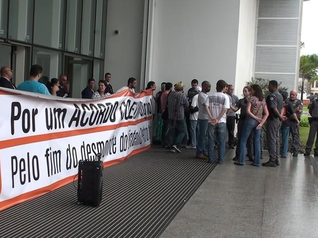 Manifestantes fizeram nova manifestação em Santos, nesta quarta-feira (Foto: Reprodução / TV Tribuna)