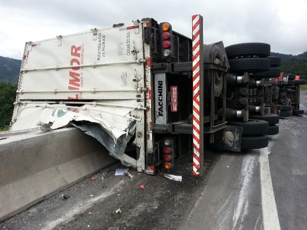 Motorista perde o controle e capota caminhão na Régis Bittencourt (Foto: Alexandre Lopes/TV Tribuna)
