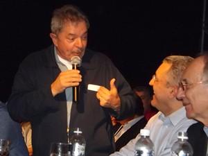 O ex-presidente Lula brinca com o ministro Alexandre Padilha e o presidente do PT, Rui Falcão (Foto: Alan Schneider/G1)