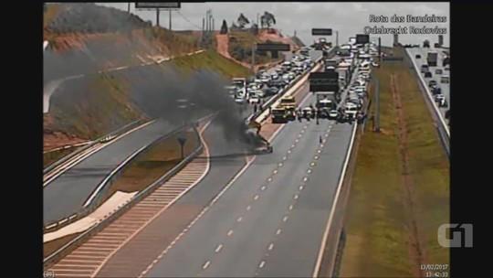 Carro pega fogo na rodovia Dom Pedro I em Campinas; veja vídeo