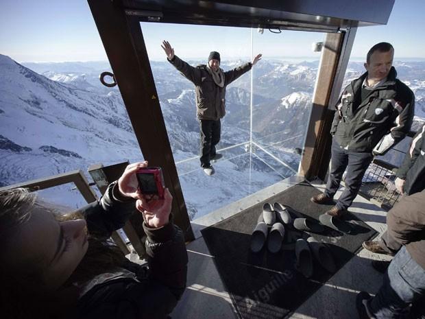 Jornalistas e funcionários testam a nova cabine de observação (Foto: Robert Pratta/Reuters)