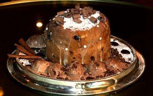 Panetone recheado com chocolate branco, frutas cristalizadas e nozes
