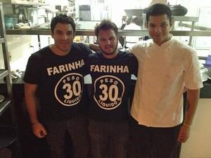 Leo (no centro) com os chefs Thiago (à esq., com camisa preta) e Felipe Castanho, do restaurante Remanso do Bosque, em Belém (Foto: Leo Gonçalves/Arquivo pessoal)