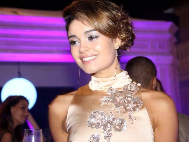 Amora escolheu um look com olhos bem iluminados (Foto: Sangue Bom / TV Globo)