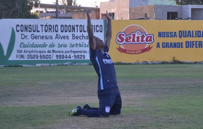 Joelson marca o gol da classificação sobre o Atlético-ES (Foto: João Brito/Espírito Santo)
