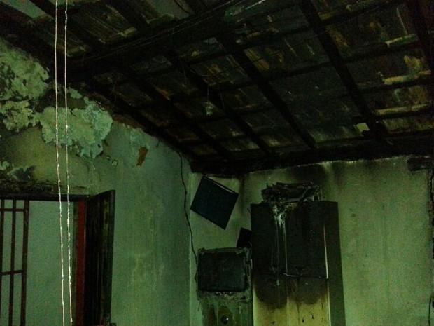 Estrutura ficou parcialmente destruída com incêndio (Foto: Divulgação / Corpo de Bombeiros)
