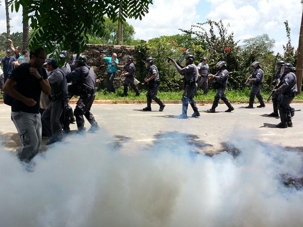 Policiais dispersaram a multidão com tiros de borracha e bombas de efeito moral (Foto: Geraldo Jr. / G1)