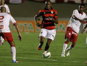 Marino tenta superar marcação do Náutico (Foto: Renato Conde / O Popular)