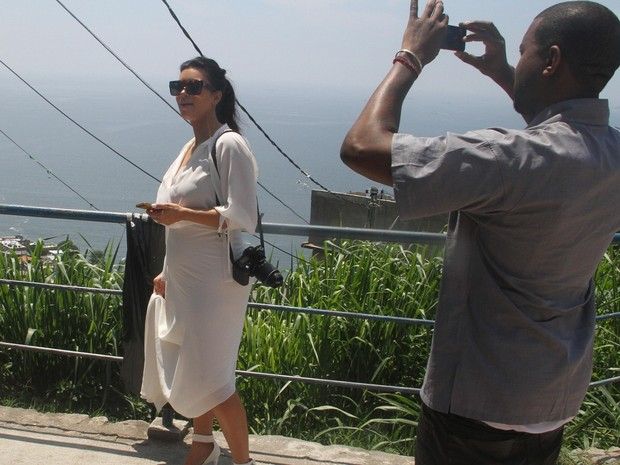 Kim Kardashian e Kanye West passeiam pelo Rio de Janeiro e visitam a favela do Vidigal no domingo (10) (Foto: XANDE NOLASCO/ESTAD&#195;O CONTE&#218;DO)