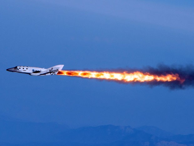 Nave de turismo espacial da Virgin Galactic em voo impulsionado por foguete (Foto: AP Photo/Virgin Galactic, Mark Greenberg)