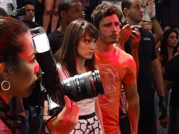 Carolina torce para o ex se dar mal (Foto: Guerra dos Sexos / TV Globo)