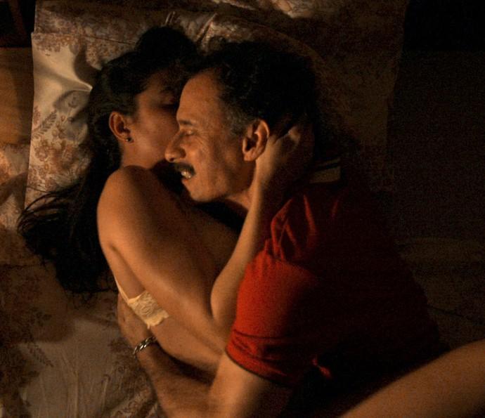 O casal termina a noite na cama (Foto: TV Globo)