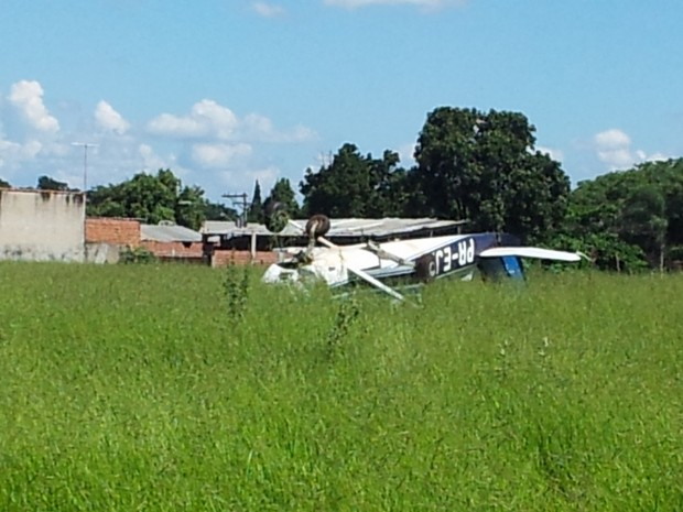 Avião fica de ponta-cabeça depois de pouso forçado em Piracicaba (Foto: Thomaz Fernandes/G1)
