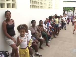 Fila gigante se formou no 5º Centro de Saúde, em Salvador (Foto: Reprodução/TV Bahia)